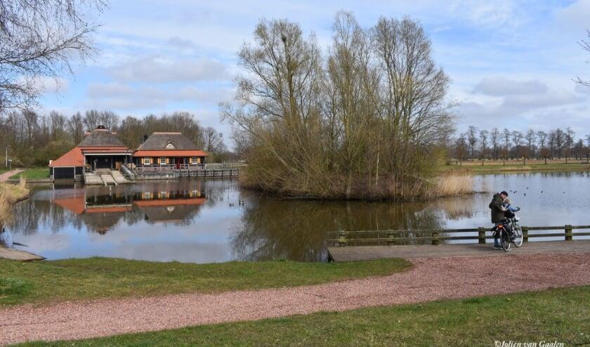 <p>De route van De Welle gaat in Enter bijvoorbeeld langs vijver De Lee. (Foto: Jolien van Gaalen)</p>