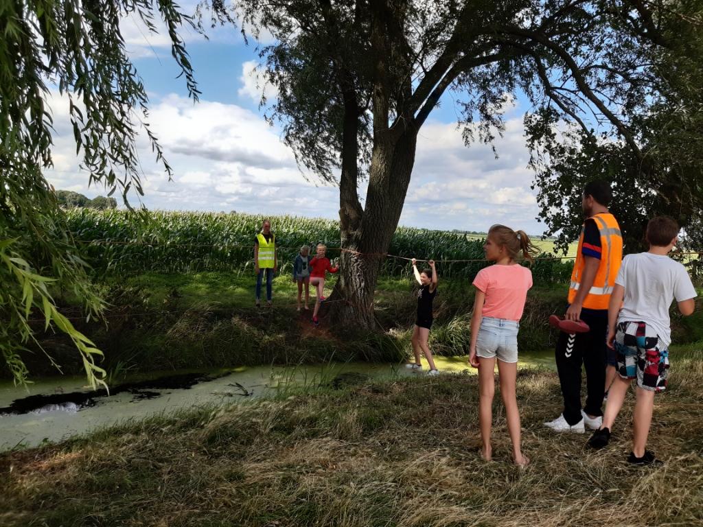 Ook waren er diverse poldersporten, zoals over een touwbrug naar de overkant lopen. Foto:  © DPG Media