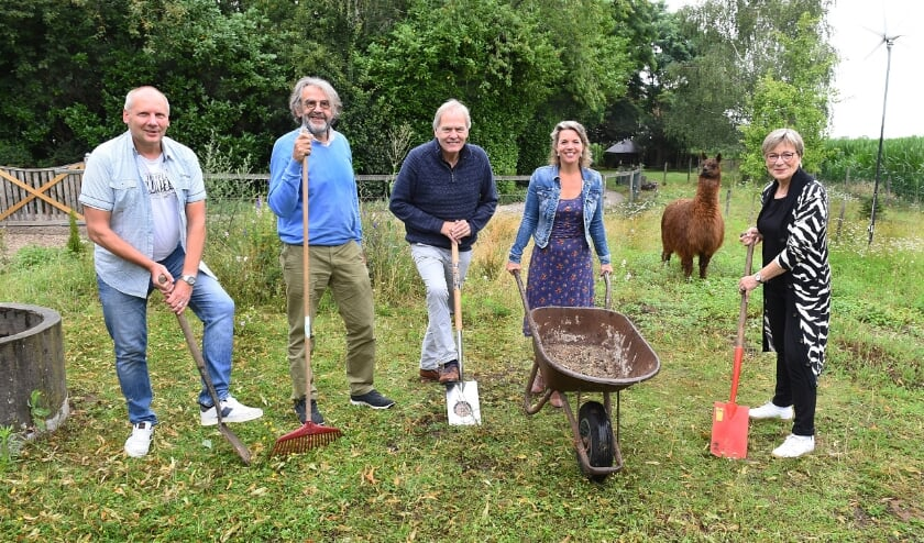 Vlnr: Feico van Soest, Hans van den Hurk, Jan Freriks, Belinda Kamps, alpaca Arthur en Annelies van Rijssen. (foto: Roel Kleinpenning)