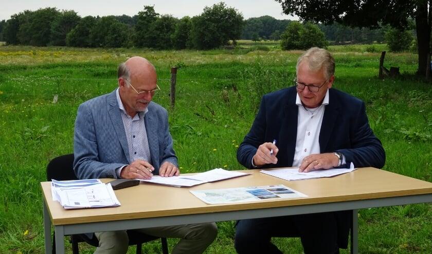 Ondertekening uitvoeringsovereenkomst. Links: Directeur Jan Baan van Brabants Landschap. Rechts: Gijs Ploegmakers van Ploegam.