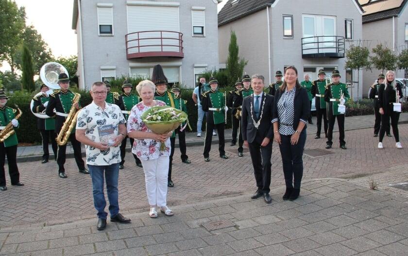 Hennie en Gradus Donderwinkel en burgemeester Huub Hieltjes en zijn vrouw Esther, met op de achtergrond Showorkest KDO. Helemaal rechts staat kleindochter Denise die het feestje organiseerde.
