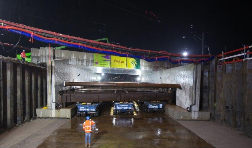 Vannacht is de betonnen ruwbouw van de toekomstige onderdoorgang in Tricht op zijn plek gereden.