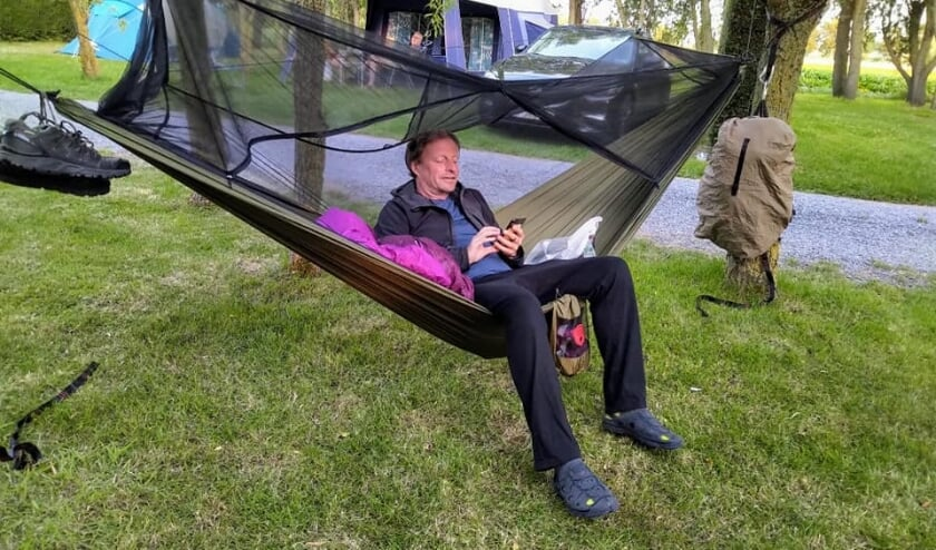 Tussen het wildwandelen door neemt Olivier af en toe rust in de hangmat waarmee hij overnacht op Franse campings.