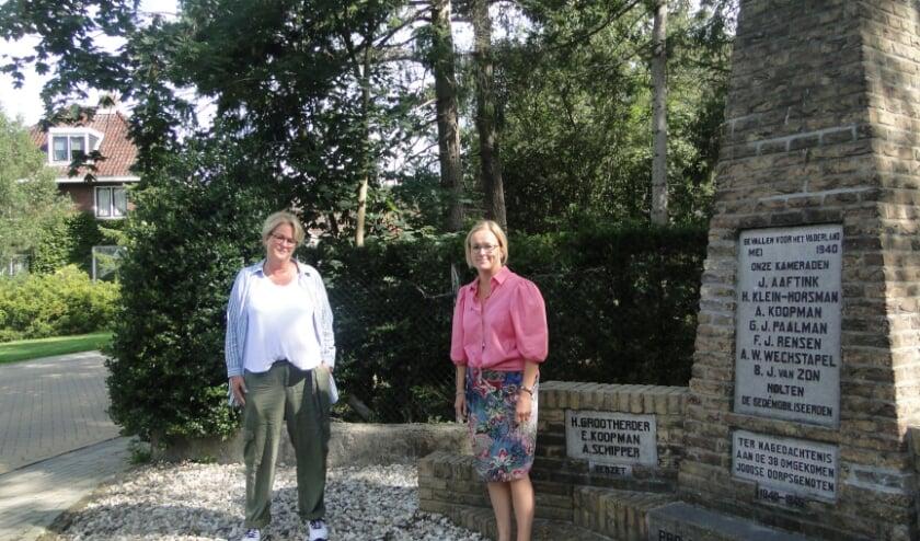 Frederiek Wichers (links) en Hanneke Kroon bij het monument aan de Molenbelterweg. (Foto: Leo Polhuijs)