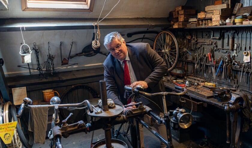 Burgemeester Bruls verricht de officiële opening van een exact nagebouwde authentieke 100 jaar oude fietsenmakerswerkplaats.