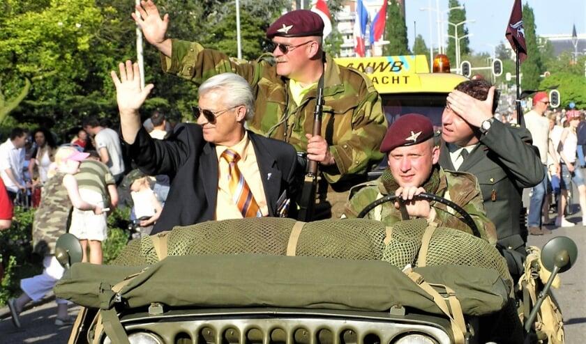 Op 5 mie 2008 nam Rob Rijntalder (l) afscheid als coördinator van het defilé en mocht als dank plaatsnemen in een van de jeeps.