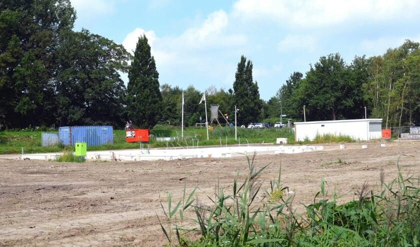 Bouw van het Scoutcentrum in de Broekpolder. Op de achtergrond de Watersportweg. Foto Frans Assenberg.