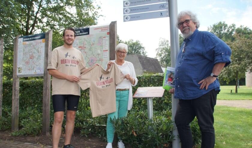Perry Vermeulen neemt zijn promotie wielershirt in ontvangst uit handen van Piet Snijders (auteur/vrijwilliger) en Jeanette Hartjes (vrijwilliger) bij startpunt Museum Klok & Peel.