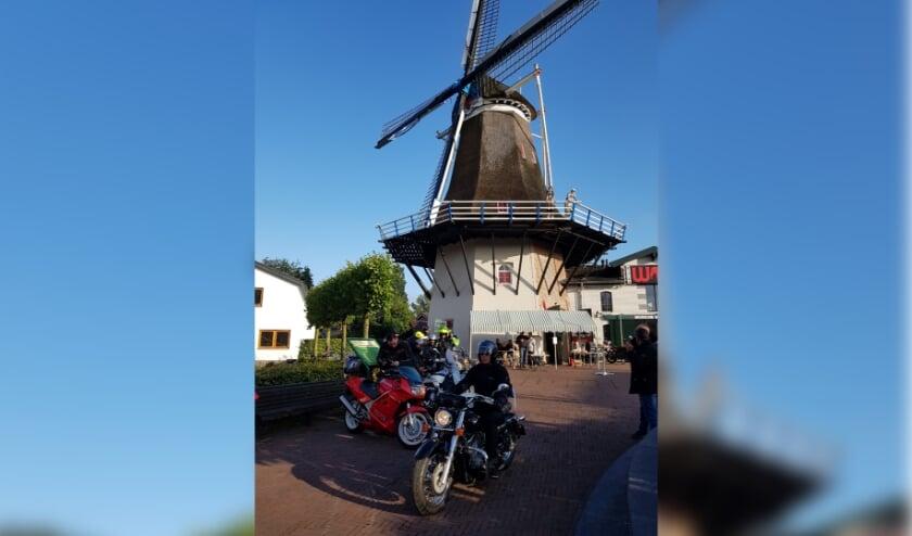 Motoren bij Molen De Koe, de start en finish van de 300 kilometer lange tocht in september.