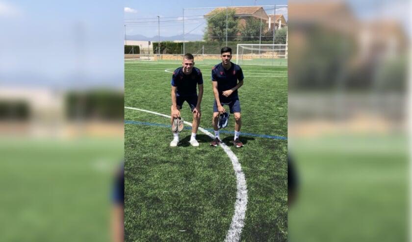 Floris Liet (links) en Eren Güler op het trainingsveld bij Levante Unión Deportiva in Valencia.
