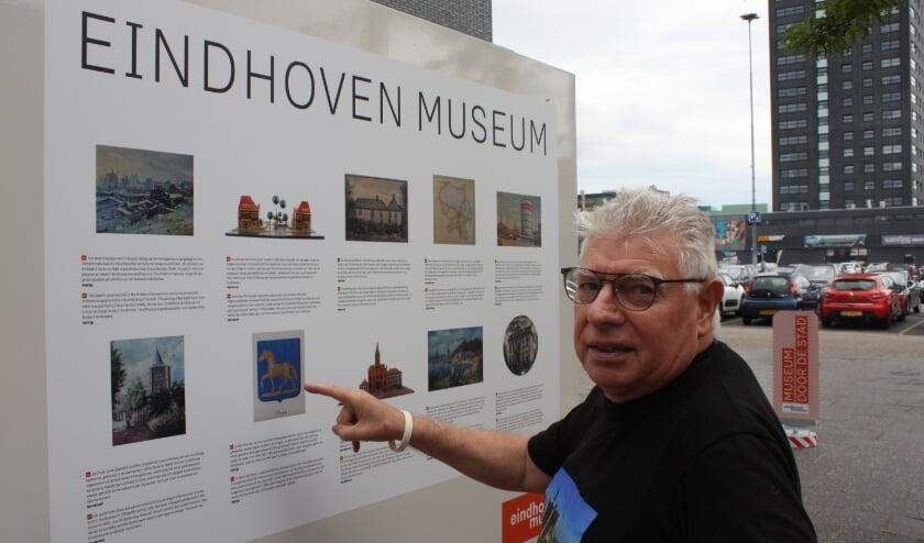 Henk van der Veen bij het infopaneel waar hem het wapen van Strijp opviel. (Foto: Rob Weekers).