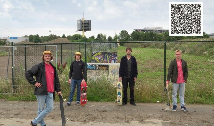 Boas, Daniel, Clarence en Marie bij het oude skatepark aan de Hogeweg in Zaltbommel. Rechtsboven de QR-code voor het tekenen van de online petitie. Scan deze en volg de instructies.