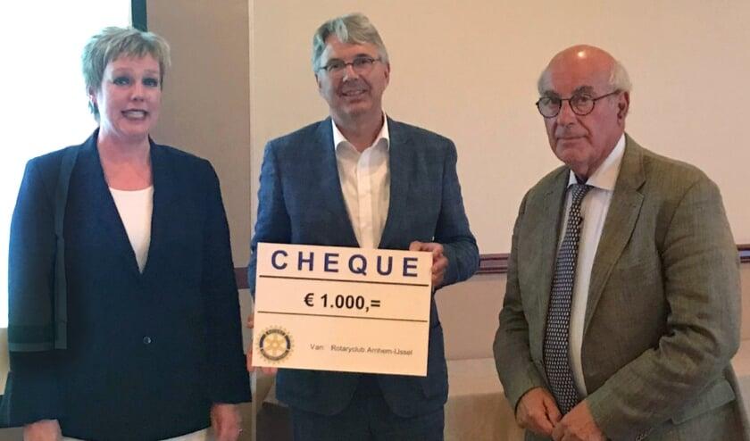 Saskia Plantinga (lid fonsenwervingscommissie en het 'gezicht' voor het Toon Hermanshuis), Jan van Swetselaar (clubvoorzitter Rotary) en Guido Diehl (lid van het bestuur van het THH).