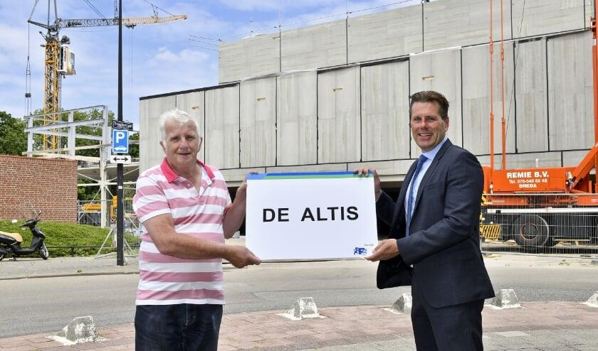 Wethouder Björn Lugthart feliciteert Willem van Dijk met zijn winnende naam De Altis