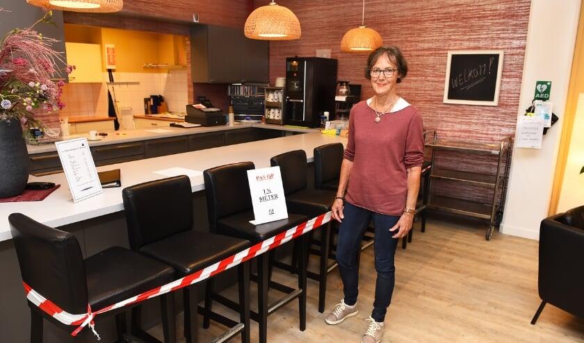Marion Pieters van het 50+ Ontmoetingspunt in de aangepaste ruimte van 't Brewinc (foto Roel Kleinpenning)