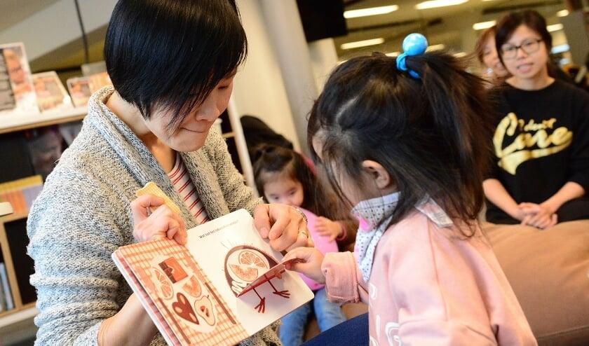 'Chinese Story Time' met Iris Bos-Hung in de Bibliotheek Veldhoven. FOTO: Willem Binnendijk.