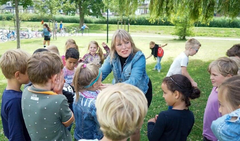 Margriet Baartscheer te midden van de kinderen die haar zo dierbaar zijn. (Foto: Nicole van Nunen)