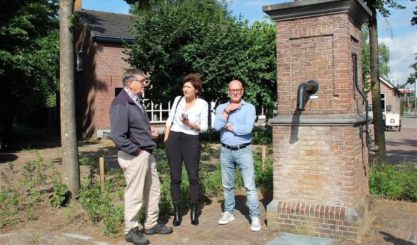 Jan van Vroenhoven, Hanke Lanting en Nico van Eeten op de plek waar eind september het 'watermonument' komt: bij de dorpspomp. Die pomp kan dan ook weer gebruikt worden.