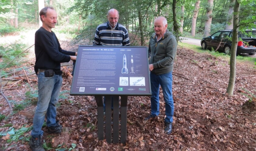 Henri Boerdam (links) is de maker en ontwerper van het bord. Gerard (rechts) en Hennie Pijnappel hielpen bij het maken en plaatsen van het bord.