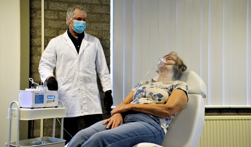 Het nieuw te ontwikkelen medicijn Vostesyl wordt met een speciale verdamper, de Intellimist, toegediend. Foto: Robbert Roos