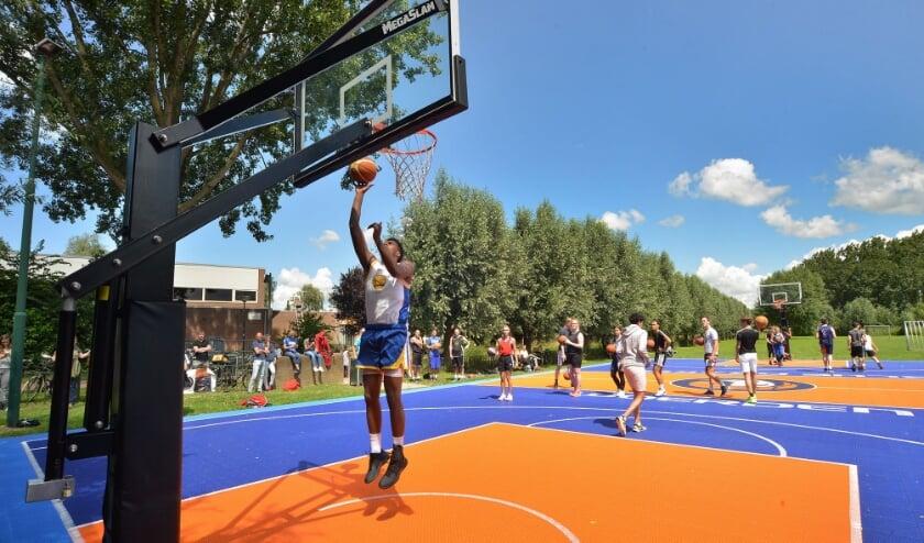 Basketballclinic op nieuw buitenveld aan de Essenlaan van de Blue Drakes.