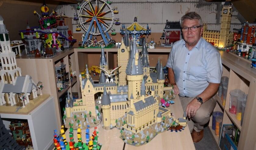 Christo Geraedts bij zijn uitgebreide Harry Potter kasteel van Lego.