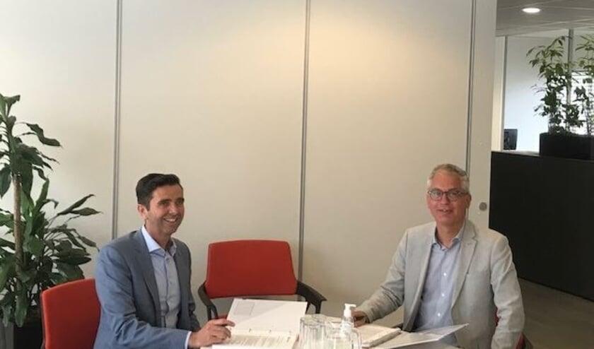 Ondertekening door Peter Hoogvliet (directeur-bestuurder MeerWonen) en Guido Voermans (directeur Heembouw). Foto: Hélène van Vuuren