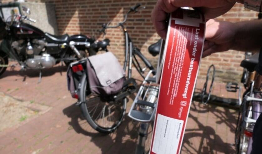 Staat je fiets verkeerd geparkeerd, dan krijgt je fiets een label met daarop de datum en tijd van het moment wanneer de overtreding is waargenomen en van het moment van de verwijdering van de fiets.