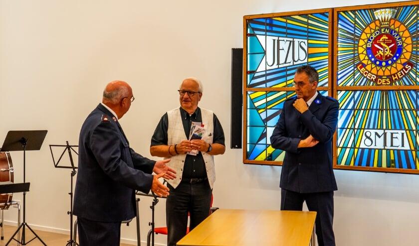De heer Charles Linssen (midden) biedt namens de SOMV de tafels aan vertegenwoordigers van het Leger des Heils, korps Goes de korpsofficier commissionair de heer Hans van Vliet en de heer Frans Hamelink, penningmeester aan.