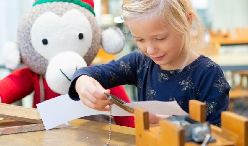 Jonge bezoekers van Museum Speelklok kunnen in de zomermaanden ook speuren naar orgelaapje Toon. Foto: Museum Speelklok