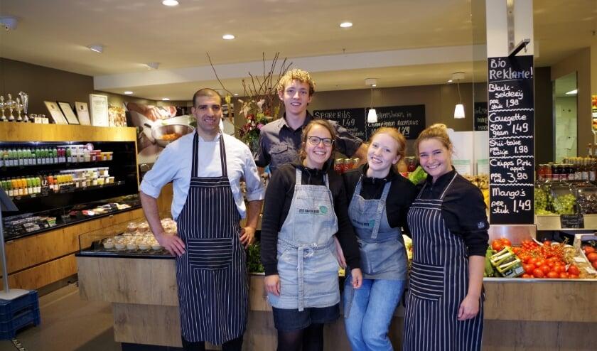 Medewerkers van Gijs van de Hoef helpen de klanten graag en wijzen ze de weg in de winkel. Ook achter de schermen wordt re hard gewerkt. (foto Co Keulstra)