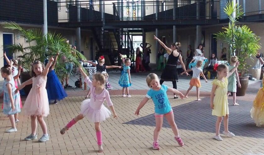 WVT-kinderen dansen de Klokkendans
