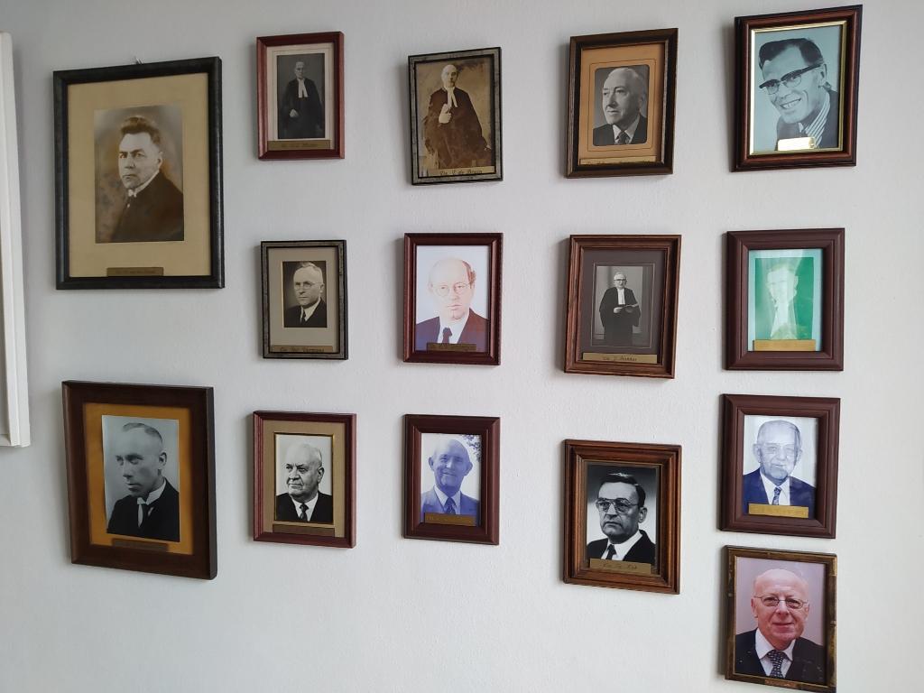 Portretten van predikanten in de consistoriekamer van de Oude Kerk. Ook Cornelis Graafland staat op de foto. Hij predikte er van 1963 tot 1968. Foto:  © DPG Media