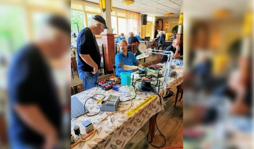 De tientallen vrijwilligers van het repair café bieden, naast uiteraard de  technische hulp, ook graag een luisterend oor.