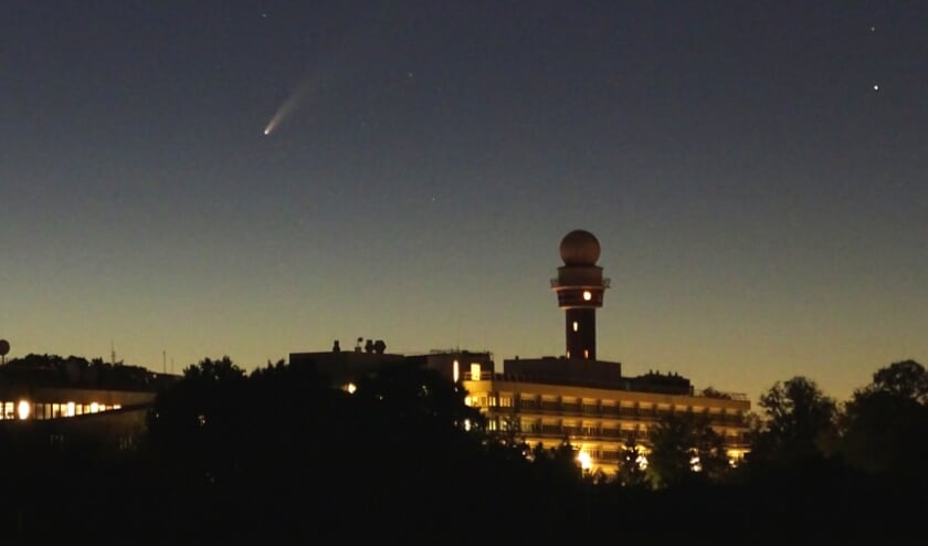 linksboven het KNMI gebouw staat komeet NEOWISE. De staartster zal de komende week ook nog te zien zijn, als het helder is.