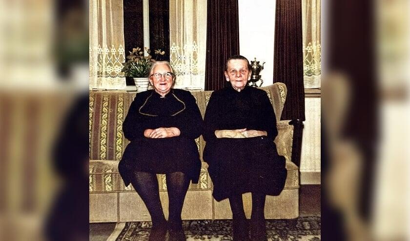 'Opoe' Klaasje Slok Stuivenberg. 1879-1971 (r), rond 1965. Links haar vriendin Jannigje van der Poel. Die woonde op de Nieuweweg. Ze waren van kinds af aan hartsvriendinnen.
