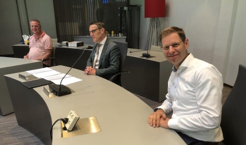 Burgemeester Frank van der Meijden tussen Brian Kersten van de Werkgroep (r.) en Frank van Elderen van Dorpsraad Lieshout (l.)