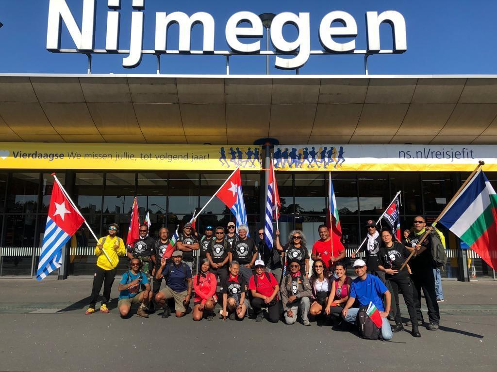De wandelgroep komt aan in Nijmegen. Foto: Frans Matulessy © DPG Media