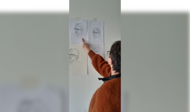 Bewoonster Geertje Meel bekijkt de eerste schetsen die Antoinette Broekman maakte. Foto: via Marian Dijksman © DPG Media