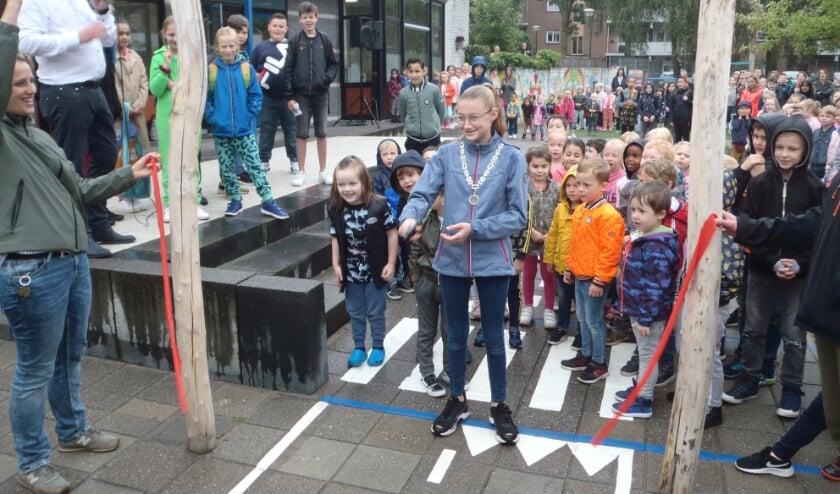 Het nieuwe schoolplein wordt door kinderburgemeester Maud Smit officieel geopend.
