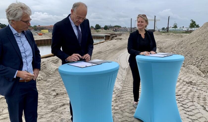 Donderdag 16 juli ondertekenden alle partijen het contract op de plek waar het allemaal gaat gebeuren, met de voeten in het zand.