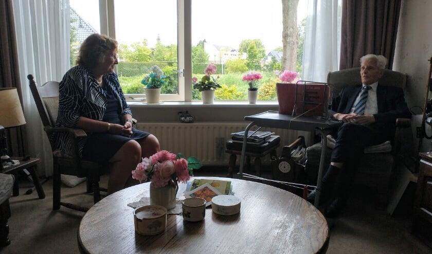 Olivier Bij de Vaate is maar liefst 105 jaar geworden. Hij werd vereerd met een bezoek van burgemeester Spies. Foto: Hans Bij de Vaate