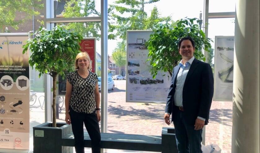 Wethouder Jacqueline van Dongen (duurzaamheid) en Feroz Salamat (firma Heigo) voor het nieuwe bankje. (Foto: pr)