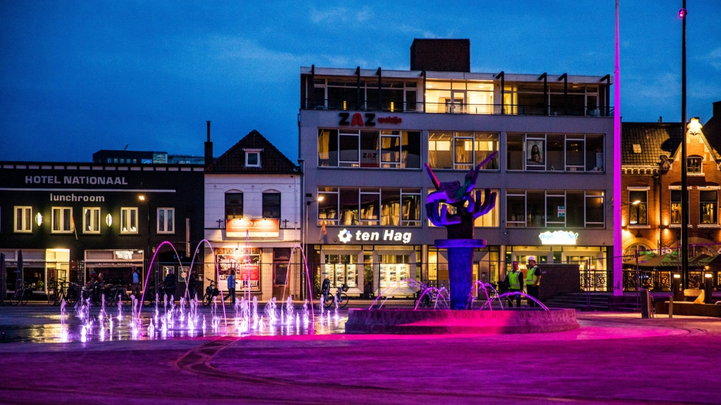 Het Burgemeester Jansenplein is van een saaie en rommelige parkeerplaats veranderd in een aantrekkelijk evenementenplein met een uitgebreide fonteininstallatie. (Foto: Gemeente Hengelo)  © DPG Media