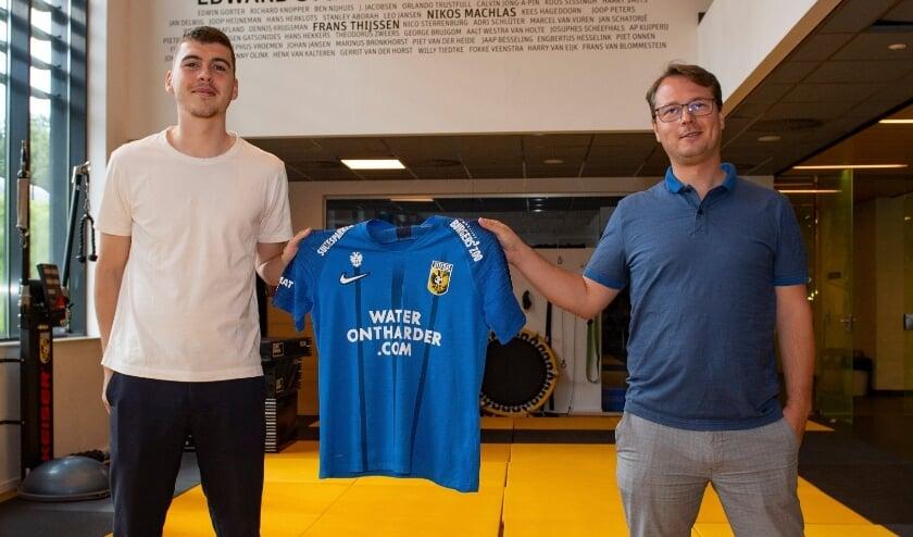 Technisch directeur van Vitesse, Johannes Spors (rechts) poseert samen met de nieuwe aanwinst, verdediger Jacob Rasmussen.