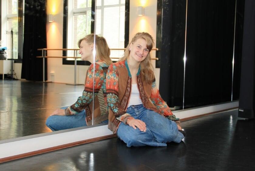 """Merle Schiebergen gefotografeerd in Theater De Leeuw"""" """"Dansen in musicals was een soort kinderdroom. Later ben ik me meer gaan richten op theaterdans."""""""