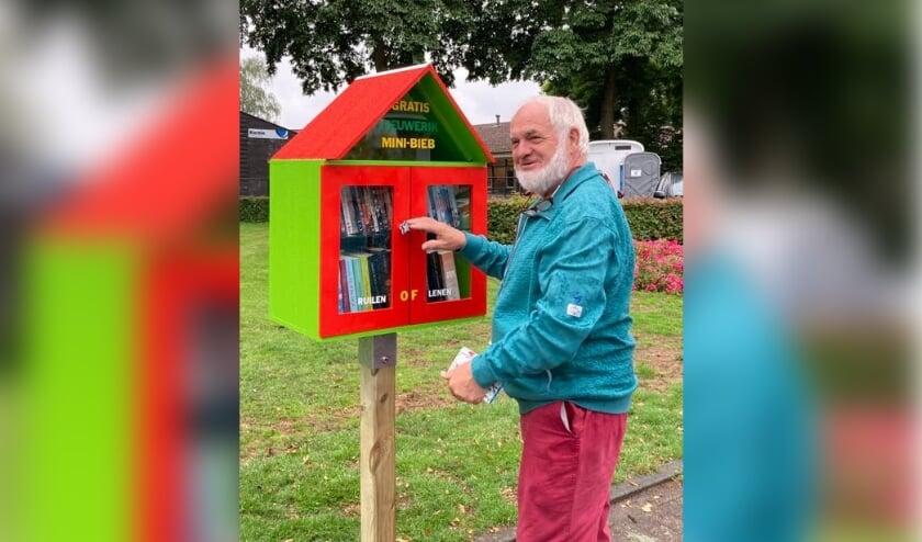 Naast de nieuwe Mini-Bieb, de trotse maker, Willie Pluijm, voorzitter van Buurtvereniging de Leeuwerik die ook voor de Mini-Bieb van de kinderen heeft gezorgd.