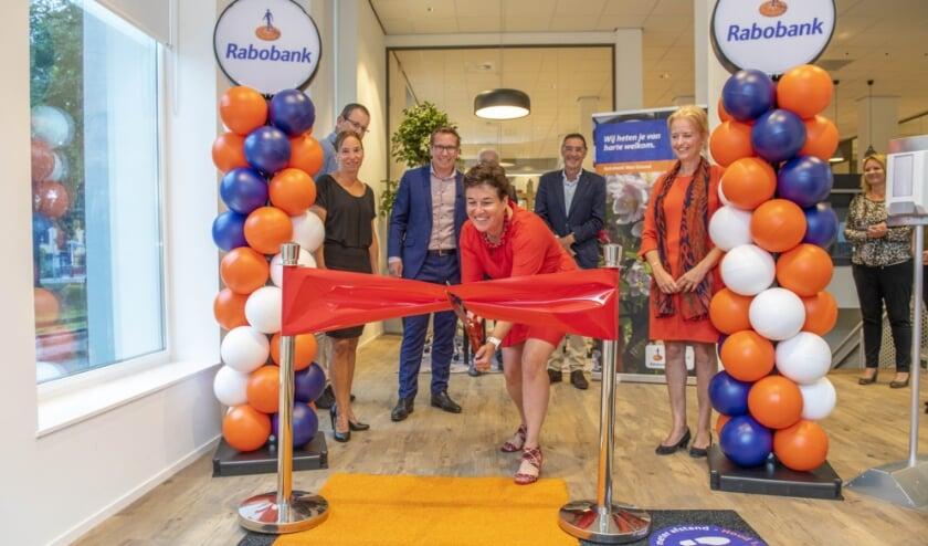 Remco Boer, directeur Particulieren & Private Banking en Heske Groenendaal, voorzitter van de RvC, openen het kersverse kantoor van de Rabobank aan de Hoogeindsestraat 32 in Tiel