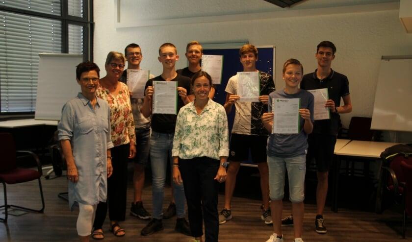 Uitreiking van Deelname-certificaat. Op de foto staan van links naar rechts: Elisabeth Kroesen en Jule Wanders (Stadt Bocholt) Christa van Dee, Nik en Joep  Morris, Giel, Floris en Jesse