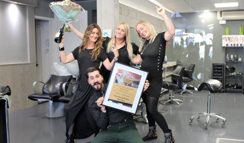 De kappers van Kapsalon en Barbier Hairpro'z zijn trots op hun award. (Foto: Annemarie van der Ploeg)